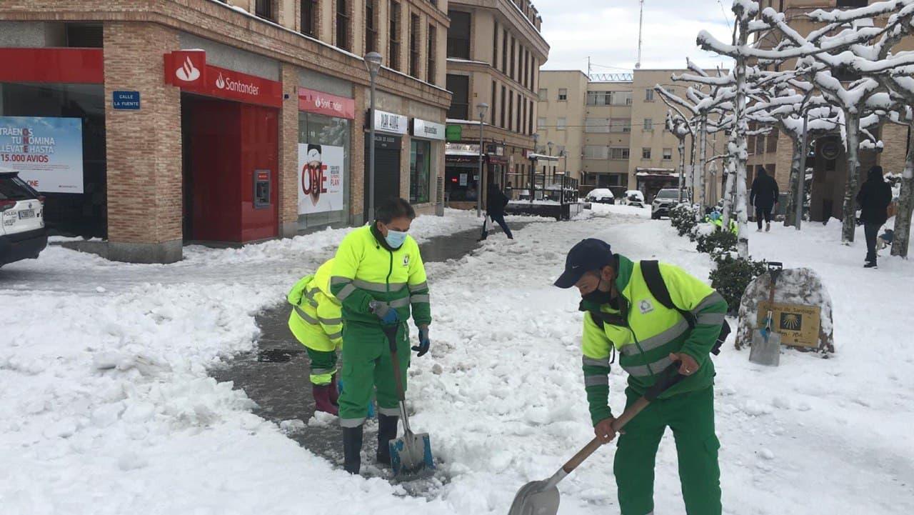 Las Rozas refuerza sus medios técnicos con 6 retroexcavadoras para retirar la gran cantidad de nieve